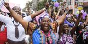 Kvinnor från Kenya, Uganda, Tanzania, Rwanda och Burundi demonstrerar mot barnäktenskap 2015.  TT
