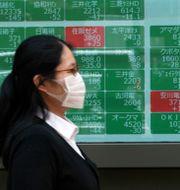 I Japan innebär gröna skyltar negativ utveckling och röda positiv.  Eugene Hoshiko / TT NYHETSBYRÅN