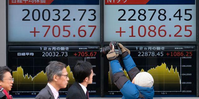 Fotgängare i Tokyo på torsdagen. KAZUHIRO NOGI / AFP