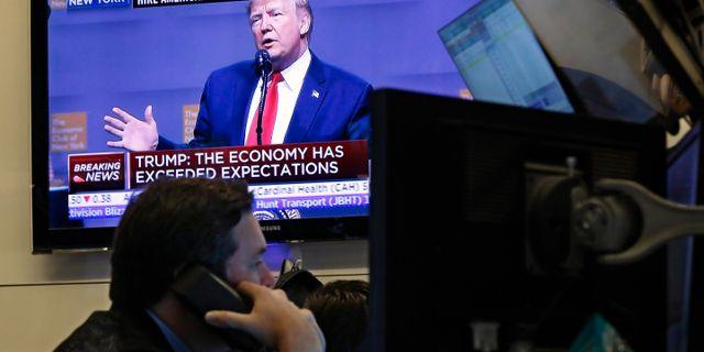 Illustrationsbild: Investerare på Wall Street, Trump håller tv-sänt tal på tisdagen. Richard Drew / TT NYHETSBYRÅN