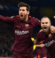 Lionel Messi och Andres Iniesta jublar efter 1–1-målet. BEN STANSALL / AFP