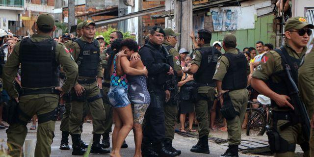 Människor sörjer utanför baren. CLAUDIO PINHEIRO / Agencia Panamazonica