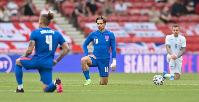 Englands Jack Grealish tillsammans med spelare från Englands och Rumäniens landslag inför avspark i en träningsmatch förra veckan.  Paul Ellis / TT NYHETSBYRÅN
