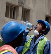 Utländsk arbetare i Qatar. Maya Alleruzzo / TT NYHETSBYRÅN