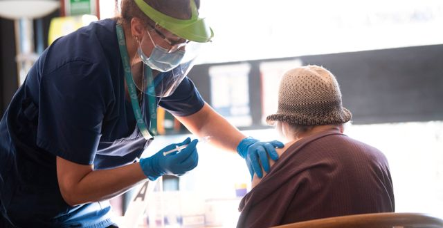 En äldre dam blir vaccinerad mot covid-19 i Edsbergskyrkan i Sollentuna. Fredrik Sandberg/TT / TT NYHETSBYRÅN
