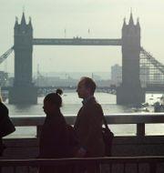 Illustrationsbild: Människor på London Bridge i London, med Towern i bakgrunden.  SANG TAN / TT NYHETSBYRÅN