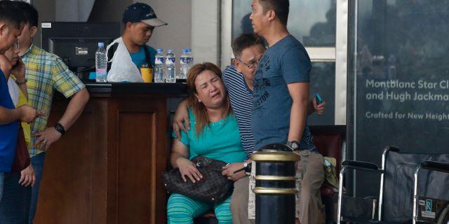 Gråtande kvinna utanför ett hotell i Resorts World. Aaron Favila / TT NYHETSBYRÅN