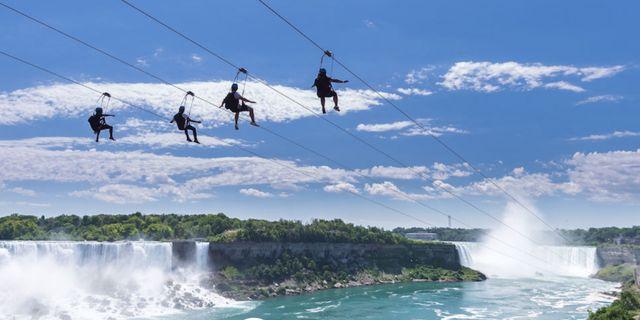 Fyra personer åt gången erbjuds nu häftiga åk över Niagarafallen.  Shutterstock