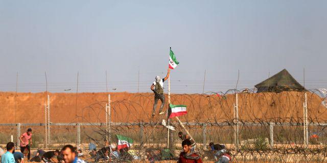 Protester vid Israels barrikad mot Gaza.  MOHAMMED ABED / AFP