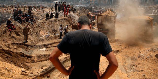 Räddningsarbetare fraktar bort rasmassor efter explosionen i Beirut.  Thibault Camus / TT NYHETSBYRÅN