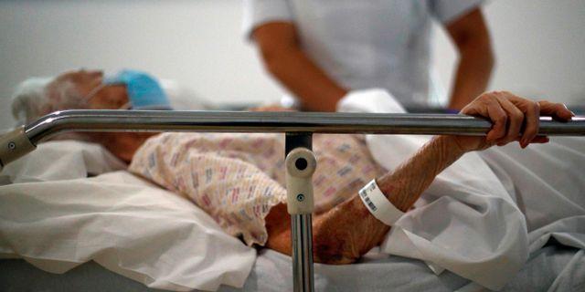 En patient tröstas på ett sjukhus i nordvästra England. HANNAH MCKAY / TT NYHETSBYRÅN