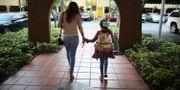 Lorena Jofre och hennes dotter i Florida. Lorena Jofres är en av de 800000 migranter som skyddas av Dacaprogrammet. JOE RAEDLE / GETTY IMAGES NORTH AMERICA