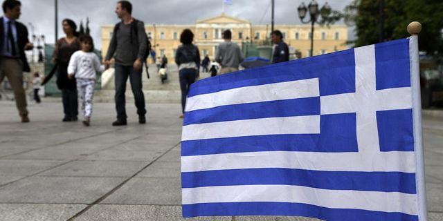 Människor promenerar i Greklands huvudstad Aten. Arkivbild. TT