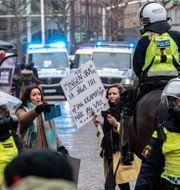 Demonstranter och polis i Malmö igår. Johan Nilsson/TT / TT NYHETSBYRÅN
