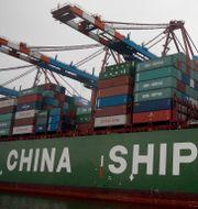 Kinesiska containrar på en båt i Hamburg.  Michael Sohn / TT NYHETSBYRÅN