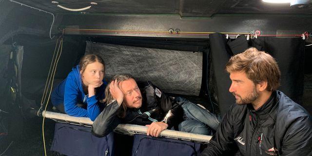 Greta och Svante Thunberg samt skepparen Boris Herrmann. TEAM MALIZIA / TT NYHETSBYRÅN