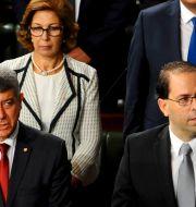 Tunisiens nya premiärminister, Youssef Chahed, längst fram till höger. Bredvid honom justitieminister Ghazi Jeribi och bakom den finansminister Lamia Zribi Riadh Dridi / TT NYHETSBYRÅN