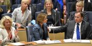 Socialförsäkringsminister Annika Strandhäll och statsminister Stefan Löfven (S) i riksdagen i samband med omröstning om misstroendeförklaring mot henne. Arkivbild. Henrik Montgomery/TT / TT NYHETSBYRÅN