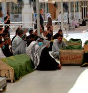 Personer i Irak sörjer sina anhöriga. Anmar Khalil / TT NYHETSBYRÅN