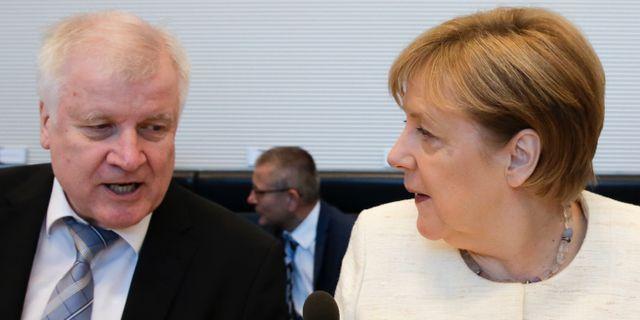 Seehofer och Merkel. Markus Schreiber / TT NYHETSBYRÅN/ NTB Scanpix