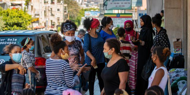 Etiopiska kvinnor, som i många fall arbetat med hushållsarbete men nu blivit av med sina jobb, utanför landets ambassad i Beirut, Libanon. Hassan Ammar / TT NYHETSBYRÅN