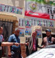 Människor diskuterar politik i Alger. Fatej Guidoum / TT NYHETSBYRÅN