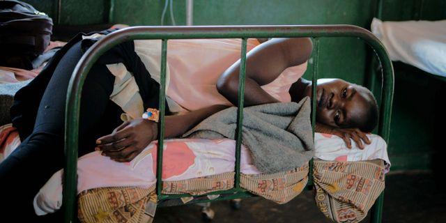 En flicka vilar ut på sjukhus i nordvästra Uganda efter att ha friskförklarats från malaria. ESTHER MABABZI / AFP
