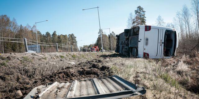 En norsk buss på väg mot Stockholm från Oslo körde av vägen på E18 mellan Berglunda och Adolfsberg i Örebro på påskaftonens förmiddag Kicki Nilsson/TT / TT NYHETSBYRÅN