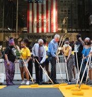 """New Yorks borgmästare Bill de Blasio målar """"Black lives matter"""" utanför Trump Tower. TT"""