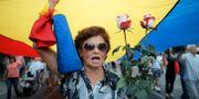 En kvinna protesterar mot regeringen i Bukarest.  Vadim Ghirda / TT NYHETSBYRÅN