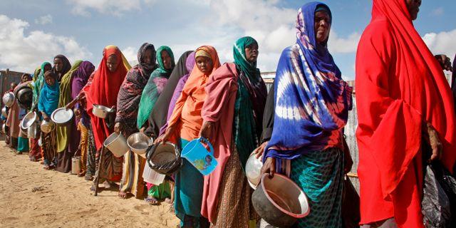 Nyanlända kvinnor står i kö för att få mat i ett läger i Mogadishu i maj 2019. Farah Abdi Warsameh / TT NYHETSBYRÅN