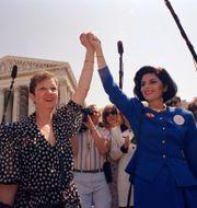 """Norma McCorvey, känd som """"Jane Roe"""" med sin advokat Gloria Allred år 1989. J. Scott Applewhite / TT NYHETSBYRÅN"""