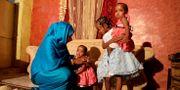 Youssria Awad leker med sina barn i Sudans huvudstad Khartoum. Hon är en av många kvinnor som vägrat låta sina döttrar genomgå könsstympning. Marwan Ali / TT NYHETSBYRÅN
