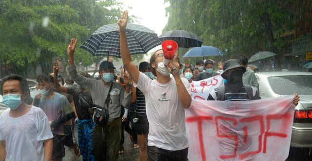 Demonstranter ute på gatorna i Rangoon under helgen.  TT NYHETSBYRÅN