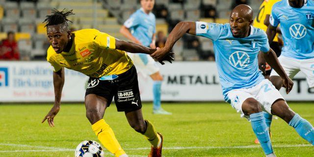 Mjällbys Mamudu Moro och Malmös Fouad Bachirou under torsdagens semifinal i Svenska Cupen. Rickard NIlsson/TT / TT NYHETSBYRÅN