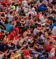 Minderåriga som flytt till Spanien samlade utanför en lagerlokal i Ceuta på onsdagen. TT