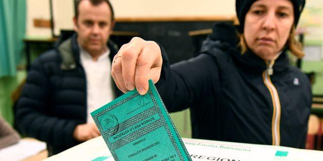 Italienare röstar i Emilia Romagna. FLAVIO LO SCALZO / TT NYHETSBYRÅN