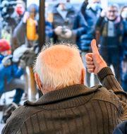 96-årige belgaren Jos Hermans ger tummen upp efter att ha fått vaccinsprutan den 28 december. Dirk Waem / TT NYHETSBYRÅN