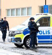 Beväpnade poliser utanför säkerhetssalen i Linköping. Fredrik Sandberg/TT / TT NYHETSBYRÅN