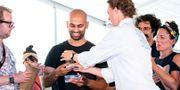 Yusuf Houji tar emot pris för bästa falafel. Johan Nilsson/TT / TT NYHETSBYRÅN