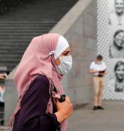 Kvinna i Paris med munskydd. Francois Mori / TT NYHETSBYRÅN