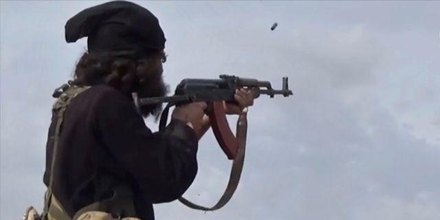 En IS-krigare avfyrar sitt vapen under en sammanstötning med USA-backade SDF-styrkorna i Baghouz, Syrien, i mars i år.  TT NYHETSBYRÅN