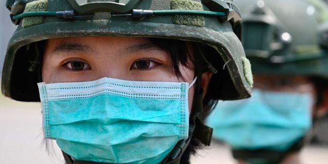 Kvinnliga soldater tar emot Taiwans president Tsai Ing-wen på en militärbas, den 9 april 2020.  SAM YEH / TT NYHETSBYRÅN