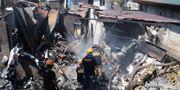 Räddningspersonal söker i bråtet.  STRINGER / AFP