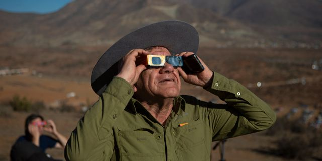 En man spanar efter solförmörkelsen i La Higuera i Chile.  Esteban Felix / TT NYHETSBYRÅN