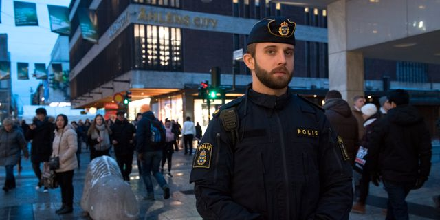Polisen Robert Löfving var en av dem som var först på plats efter att Akilov kört in lastbilen i Åhléns entrén på Drottninggatan i Stockholm.  Henrik Montgomery/TT / TT NYHETSBYRÅN
