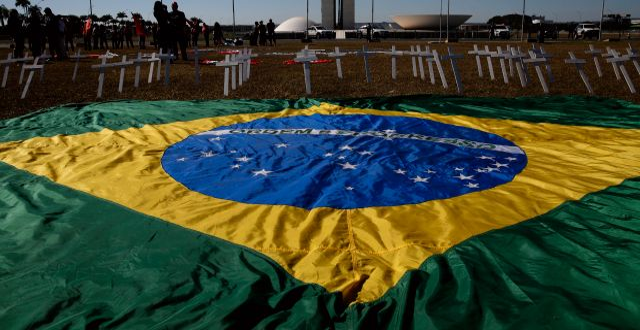 Brasilien är det näst värst drabbade landet i världen. Eraldo Peres / TT NYHETSBYRÅN