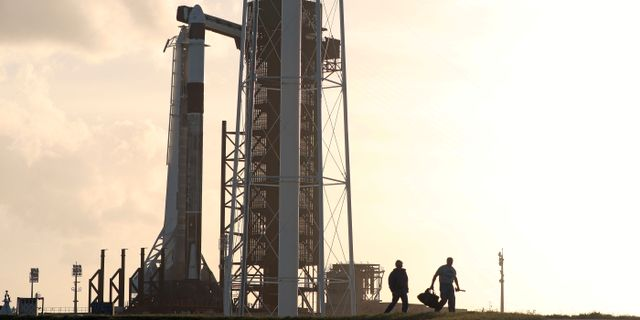 Falcon 9-raketen med astronautkapseln högst upp på Kennedy Space Center i Florida, USA.  JOSEPH RIMKUS / TT NYHETSBYRÅN