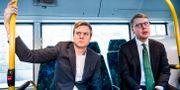 Tomas Eriksson (MP) åker buss med Kristoffer Tamsons (M), trafikregionråd. Magnus Hjalmarson Neideman/SvD/TT / TT NYHETSBYRÅN