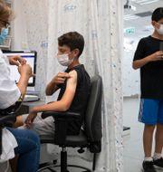 Israeliska pojkar som får vaccin. Sebastian Scheiner / TT NYHETSBYRÅN